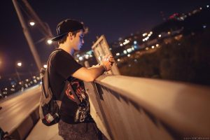 ночной город и юноша